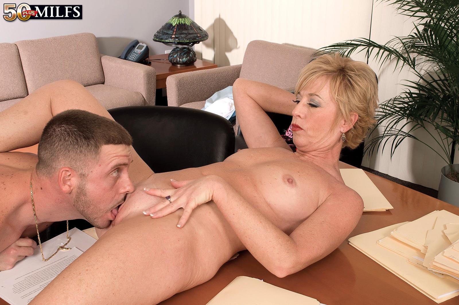 Смотреть порно с секретаршей в мини юбке 17 фотография