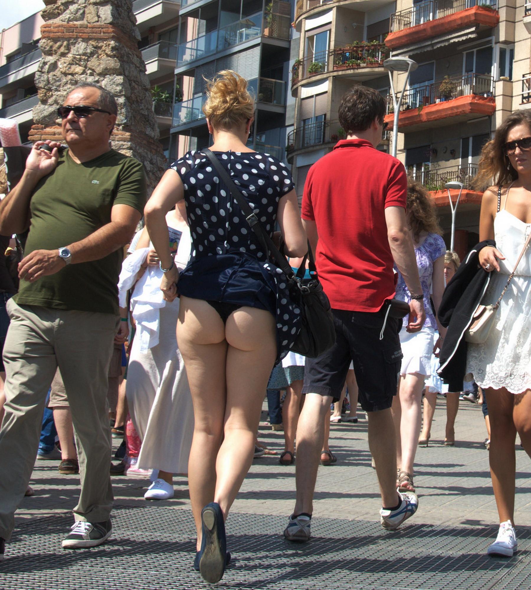 На улице задралась юбка фото 173-648