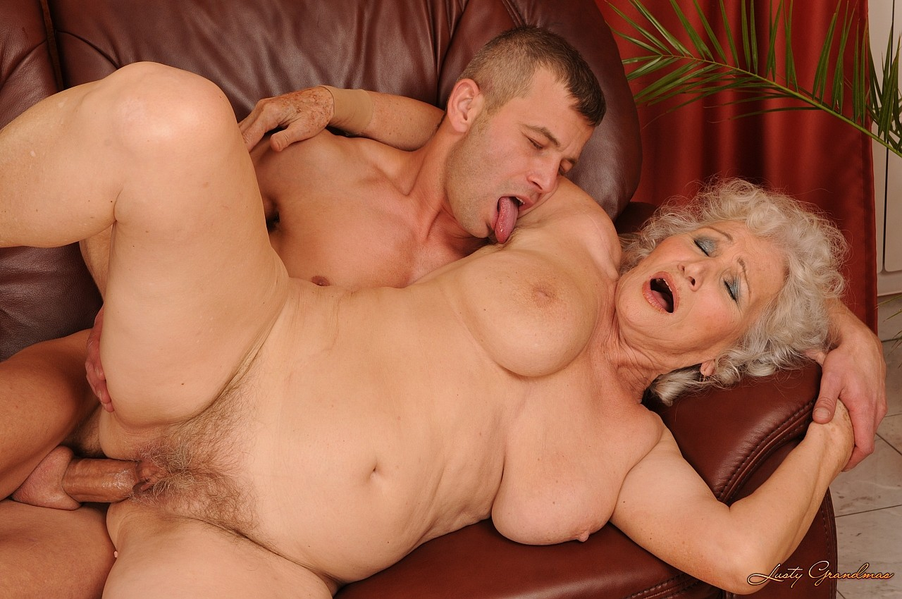 Смотреть порно как старуха трахает внучка 3 фотография