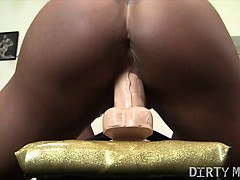 female-bodybuilder-fucks-a-dildo-in-the-gym