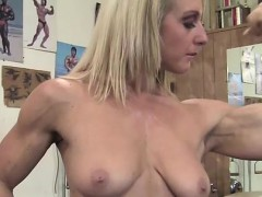 sexy-mature-blonde-in-the-gym