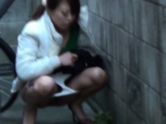 japanese-watersports-lady-pees-in-public