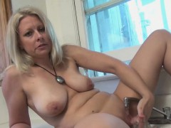 zoey-lets-the-faucet-run-over-her-clit