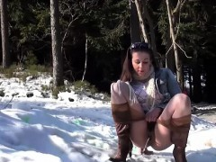 hot-ass-jogging-girl-taking-a-piss-outdoor