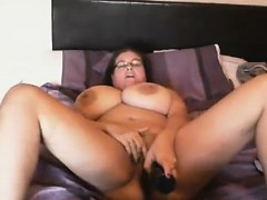 fat-chick-with-saggy-breasts-masturbates