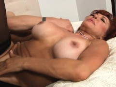 flirting-mature-floozy-gives-oral-pleasure-to-her-horny-stud
