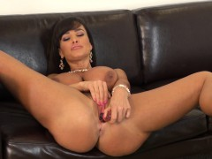 fascinating-cougar-with-big-breasts-lisa-ann-masturbates-on-the-couch