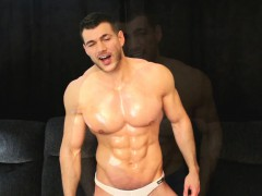 sexy-muscle-man-drops-towel-and-cums