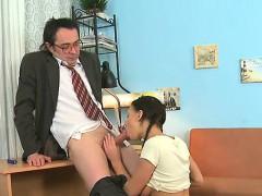 La chica joven folla con el maestro más antiguo