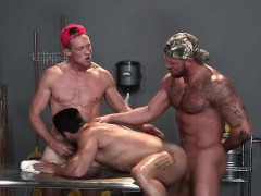 muscle-bear-threesome-with-facial-cum