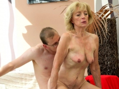 amateur-granny-cockriding-before-missionary