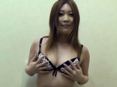 japanese babe rubs snatch