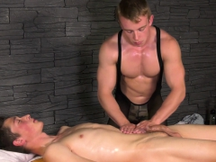 muscular-masseur-rubbing-his-client-while-he-jerks-off
