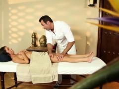 massage-babe-delilah-davis-naked-closeup