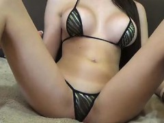 tremendous-physique-on-cam-show-in-revealing-swimsuit