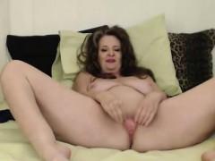 Curvy mother Cynthia Lynn gets a loud squirting orgasm