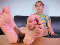 foot-worshipping-tranny-playing-solo-footsie