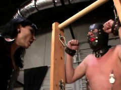 dangerous-domina-gives-slave-a-ballbusting