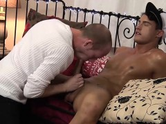sexy-brunette-twink-felix-chase-blows-the-photographers-cock