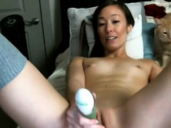beauty-skinny-camgirl-plays-with-her-twat