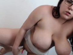 beauty-curvy-camwhore-shows-off-with-her-wet-twat