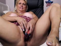 mature blonde big ass camgirl masturbates on webcam