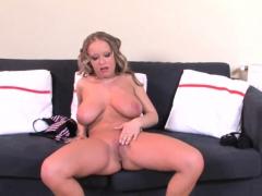 Hot babe Rozi in solo masturbation