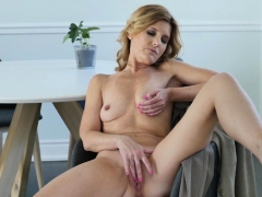 American milf Alby Daor needs to relax after a boring day