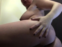 mature-gives-a-closeup-while-fingering-herself