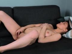 virgin hottie spreads legs to please muffin سكس محارم