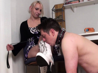 Femdom-Fetish Ladies order guys to lick their shoes