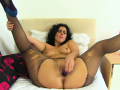 euro-milf-annabelle-more-stuffs-her-pussy-with-dildo