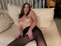 usa-milf-lilly-james-strips-off-and-plays