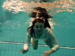 Underwater hot babe Petra swims naked