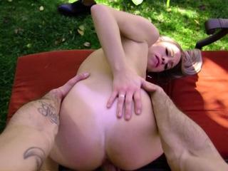 Khloe Kapri offers her pussy for the taking in outdoor sesh